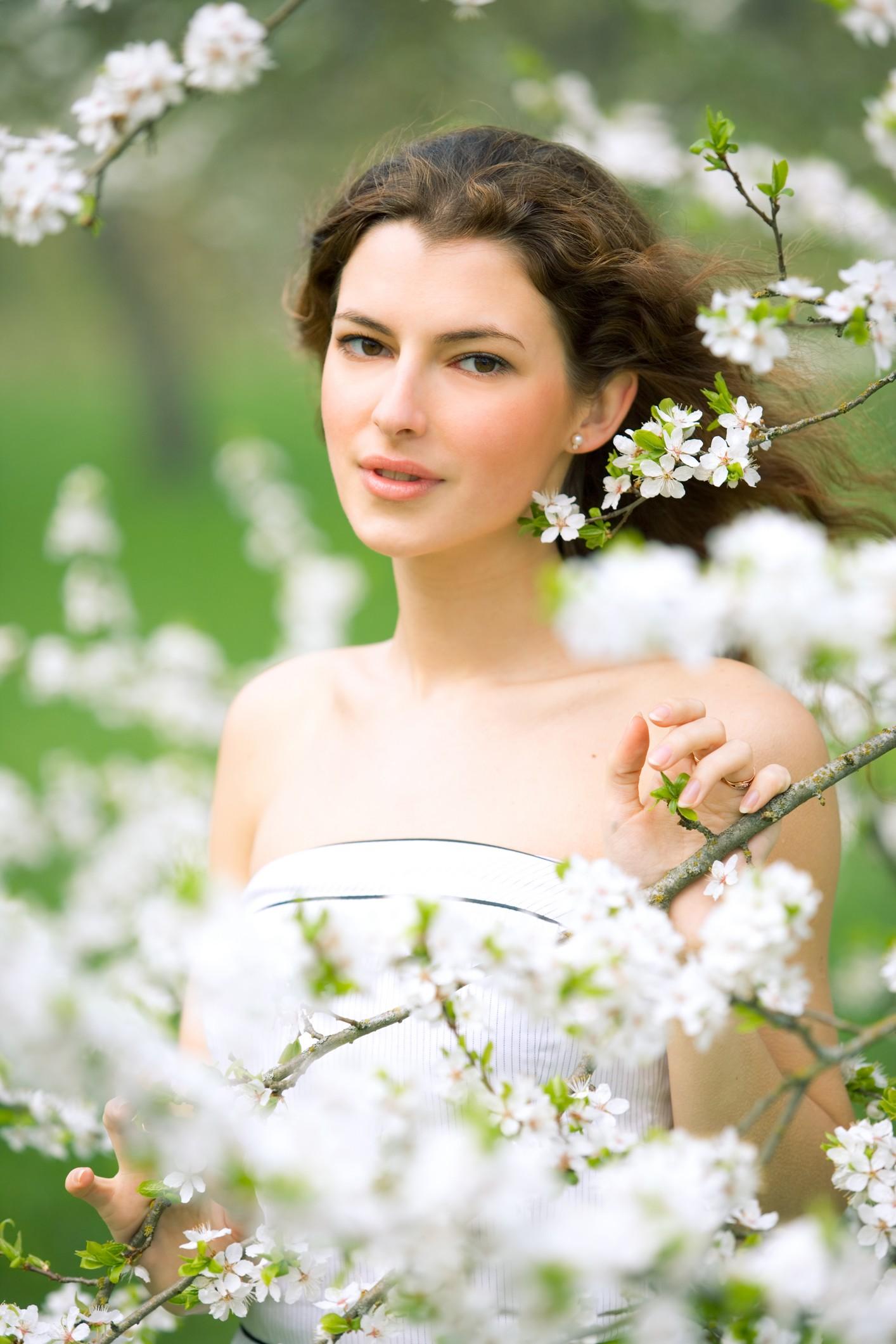 Девушка в саду весна фото